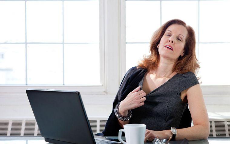 Удушье, головокружение и слабость – частые признаки климакса у женщин (фото: polzavred.ru)