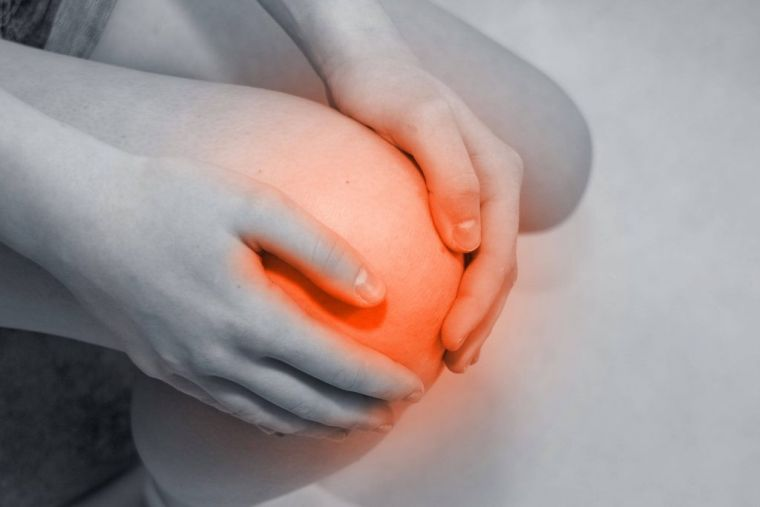 Отечность в коленях зачастую связана с воспалительным заболеванием (фото: www.nogi.guru)