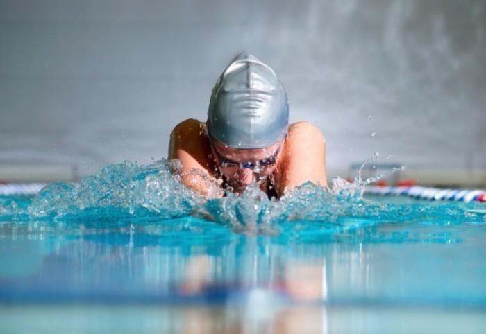Чем полезно плавание в бассейне и как с его помощью похудеть