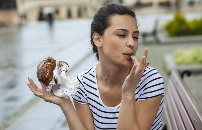 девушка ест сладость