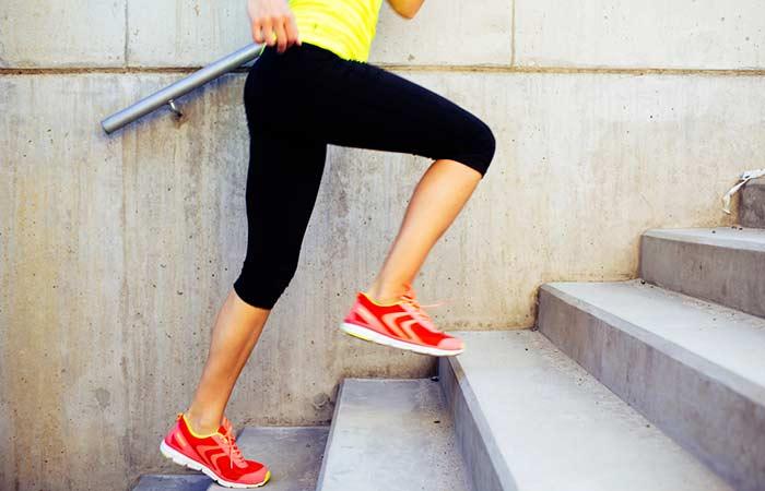 девушка бежит по ступенькам