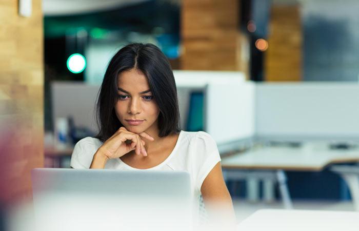 Девушка смотрит в компьютер