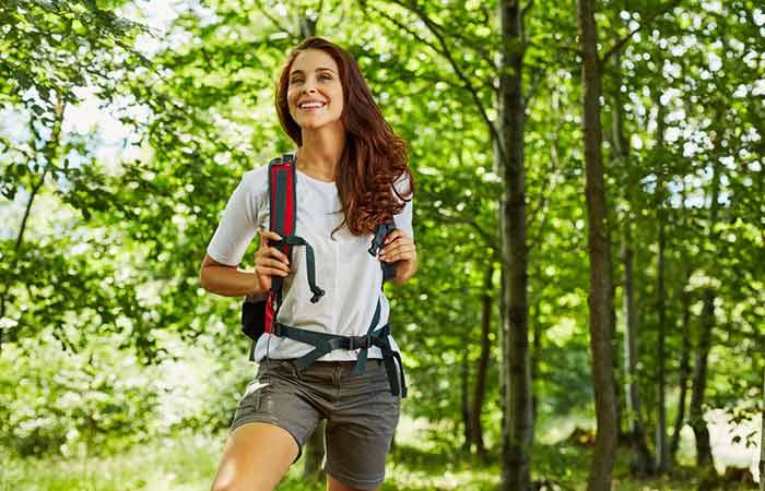 Девушка с рюкзаком улыбается