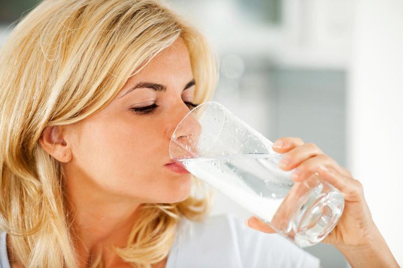 Употребление минеральной воды без газа
