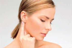 За ухом находится от 1 до 4 лимфоузлов, которые в норме не прощупываются