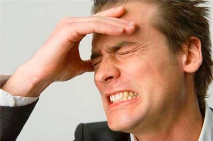 морщится от головной боли