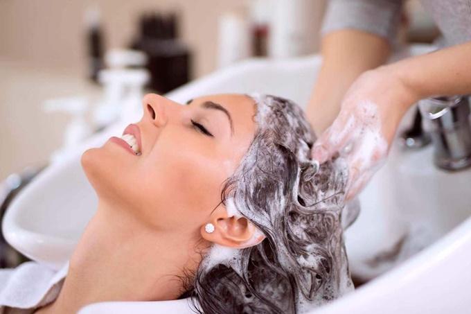 От чего зависит ответ на вопрос, нужно ли мыть волосы перед окрашиванием