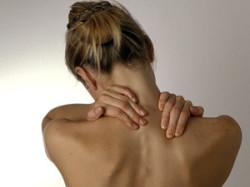 боли в области шеи - первый симптом заболевания