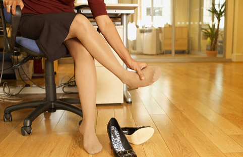 Инструкция по выживанию для женщин старше 40 лет. Боль в ногах. —  ЗдоровьеИнфо